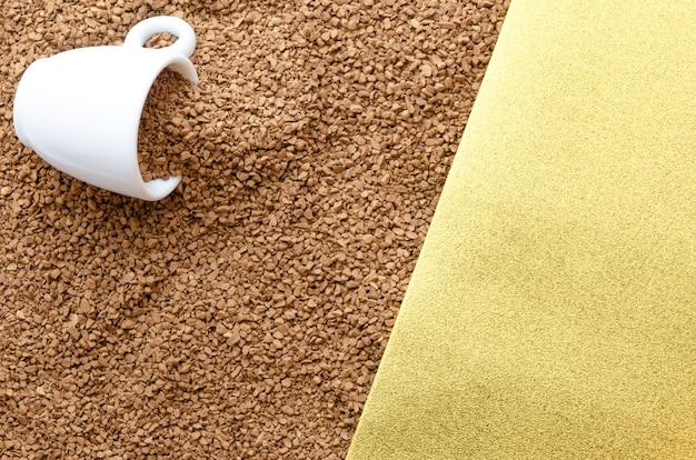 Текстура растворимого кофе и желтой бумаги.