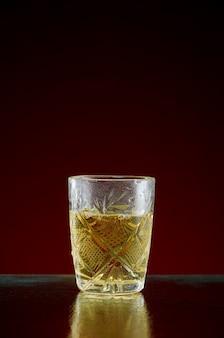 氷と赤のミントの透明なガラスにアルコールとガラス