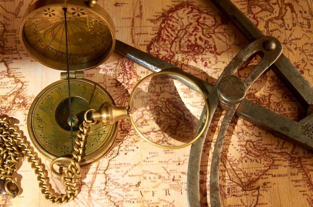 ナビゲーションコンパスと古い地図のアイテム