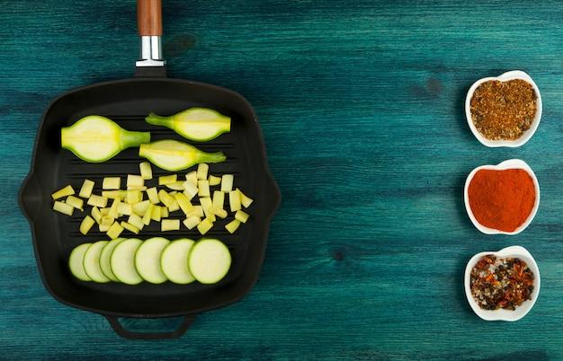 Овощи на фоне. свежие овощи и специи