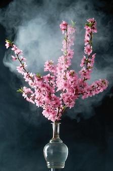 桜の小枝の濃い煙