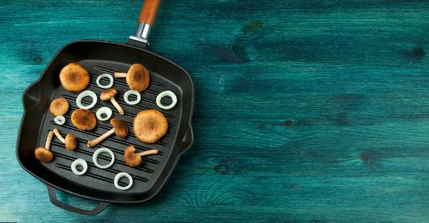 ブラックボードにハーブとスパイスが香る新鮮なキノコ