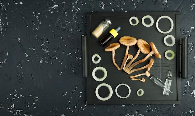 ブラックボードに新鮮なキノコ、スパイス、薬。上からの眺め。コピースペース