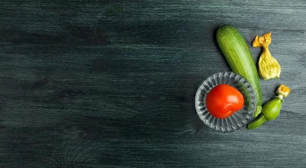 背景の野菜。木製の表面に新鮮な野菜。
