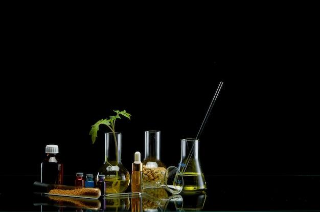 黒の異なる液体の医療フラスコ