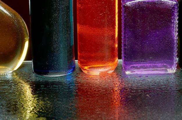 水を噴霧したガラスによるアルコール飲料の質感