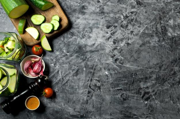 野菜 。灰色の背景に新鮮な野菜(キュウリ、トマト、玉ねぎ、ニンニク、ディル、インゲン)。上面図。コピースペース