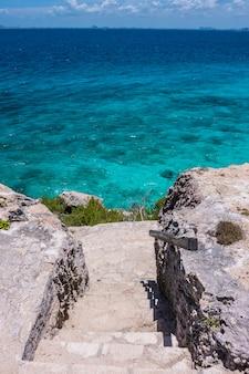 Карибское море стоит с голубой водой