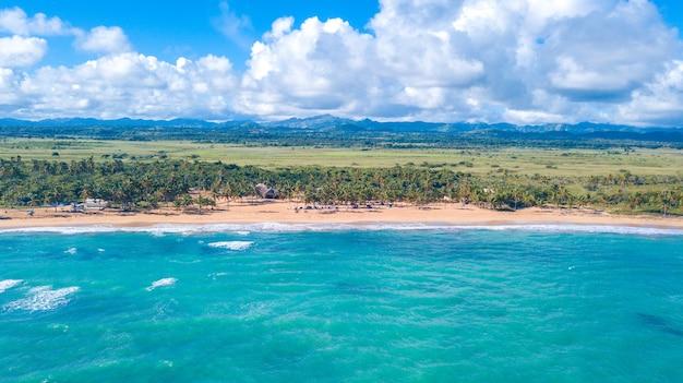 青い水で作られたビーチ