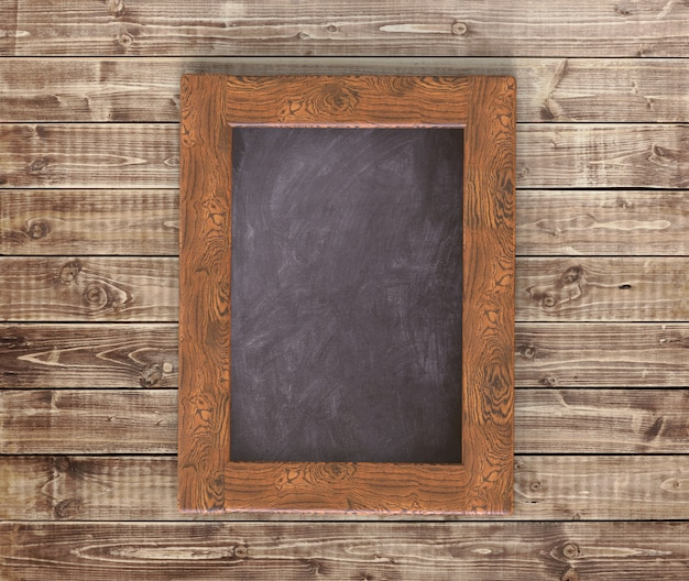 木製のテーブルに空の黒板