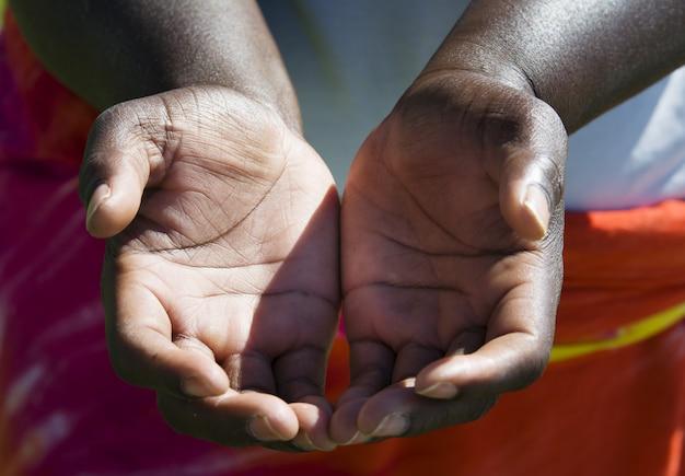 手を求める、尋ねるサイン、アフリカ人種の手