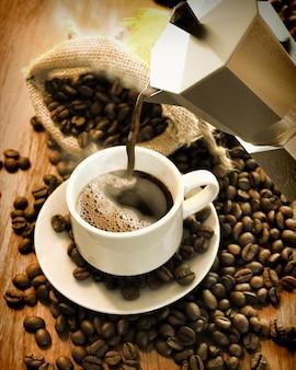 コーヒーカップとコーヒー豆のコーヒーポット