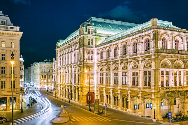 夜、オーストリアのウィーンのオペラハウス