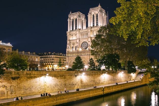 フランス、パリの夜のノートルダム大聖堂