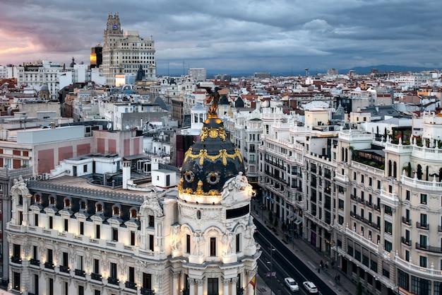 夕暮れ時のマドリードの空中都市の景観