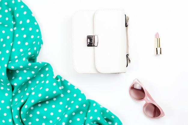 女性ファッションアクセサリーフラットレイアウト-白い財布、ピンクのサングラス、口紅、スカーフ。春のコンセプトファッションコレクション。