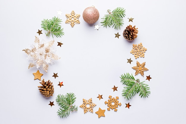 Рождество круглая рамка с еловые ветки, сосновые шишки, конфетти на сером, копией пространства.