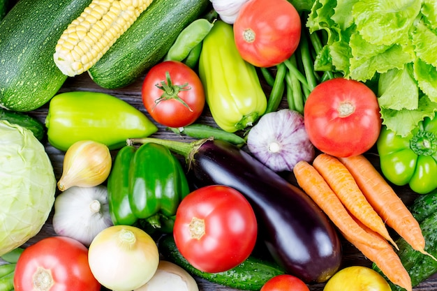 異なる新鮮な生のカラフルな野菜のセット