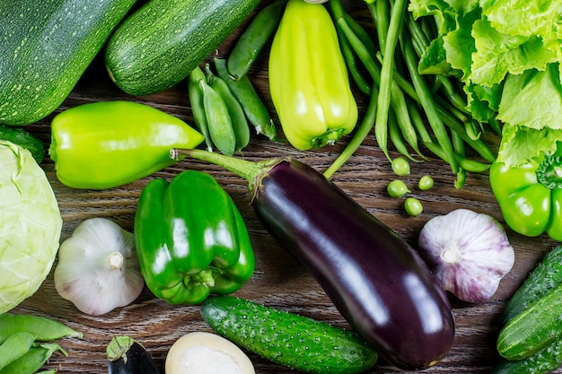 新鮮な緑の野菜、木製の背景の秋の収穫