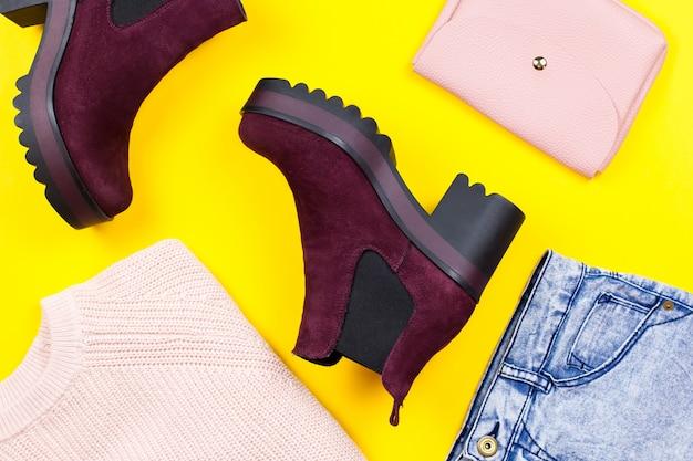 Модная женская зимняя одежда, сапоги и аксессуары на светлом фоне