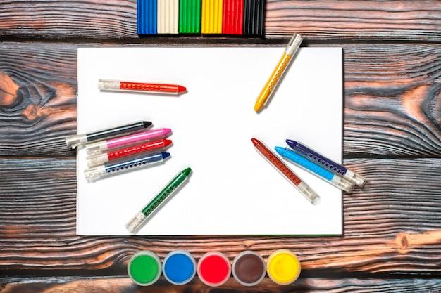 Детские инструменты для рисования и моделирования