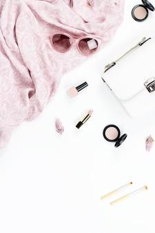女性のファッションと美容アクセサリー-財布、サングラス、スカーフ、化粧品。春のコンセプトファッションコレクション。