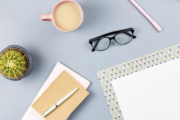 Квартира лежала домашний офисный стол. женское рабочее пространство с планировщиком, очками, кружкой чая, дневником, растением. копировать пространство