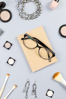 Модные аксессуары, косметика, украшения и планировщик на пастельных фоне. концепция красоты и моды, плоская планировка