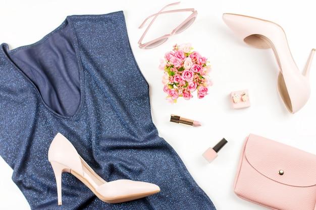 ファッションブロガーワークスペースフラットパンプス、ブルートップ、化粧品、財布、花で横たわっていた。