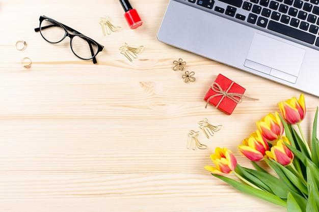 ノートブック、ラップトップ、装飾、アクセサリー、トップビュー、コピースペースを持つ女性のオフィスデスク