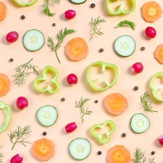 サラダ食材のレイアウト。チェリートマト、ニンジン、キュウリ、大根、野菜、コショウ、スパイスと食品パターン