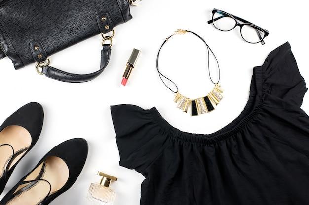 女性の服やファッションアクセサリー。完全な黒の外観-黒の夏のドレス、ヒールの靴、眼鏡、赤い口紅。