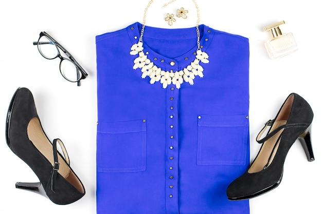 女性のスマートカジュアルスタイルの服やアクセサリー-紫のシャツ、ブラックヒール、ファッションアクセサリー。