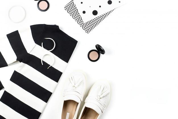 Повседневная одежда и модные аксессуары плоской планировки. модные узоры и принты концепции.