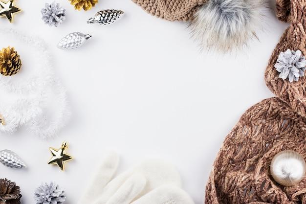 暖かく、居心地の良い冬服と白のクリスマスの装飾フレーム