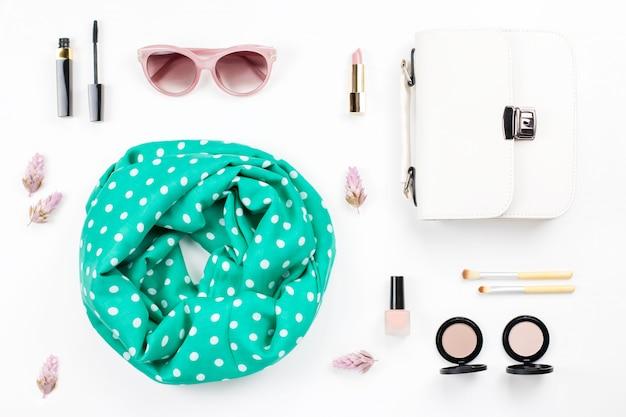 女性のファッションと美容のアクセサリー-財布、サングラス、スカーフ、化粧品。春のコンセプトファッションコレクション。
