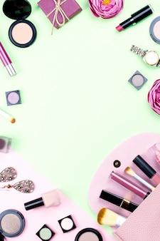 Модные аксессуары, косметика, ювелирные изделия и сумки на пастельных фоне. концепция красоты и моды, плоская планировка