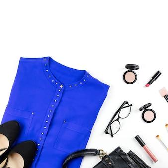 女性のスマートカジュアルスタイルの服やアクセサリー-紫のシャツ、黒の財布、ファッションアクセサリー、メイクアップアイテム