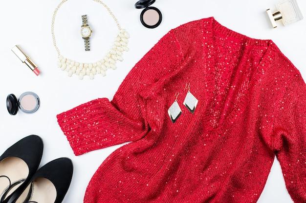女性のエレガントな赤いスパンコールのドレス、ジュエリー、メイクアップアイテム、ブラックヒール。フラットレイ