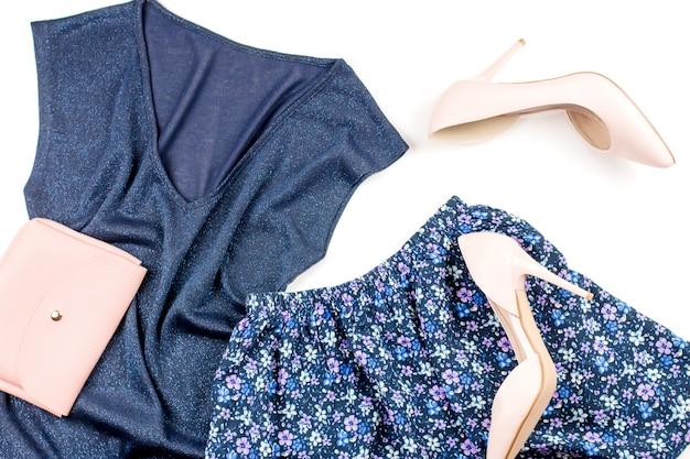 夏のカジュアルスタイルのモダンな女性の服とアクセサリー-ブルーのトップとスカート、クラッチ付きピンクのパンプス。上面図