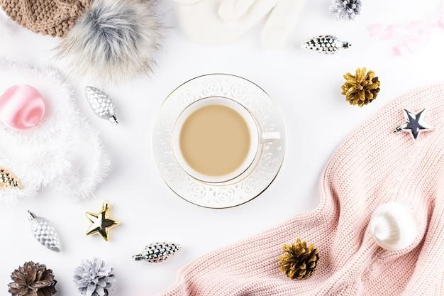 冬の服、ホットドリンク、クリスマスの飾りトップビュー