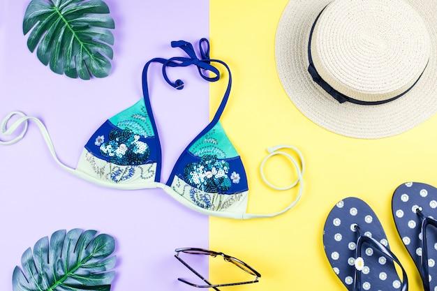 Летний праздник фон. концепция тропического лета с модные аксессуары, бикини, листья на светлом фоне.