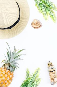 Концепция тропического лета с аксессуарами, листьями и ананасом моды женщины на белой предпосылке. плоская планировка, вид сверху