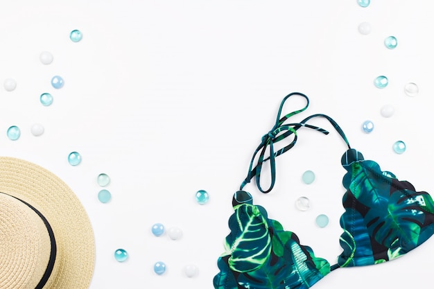麦わら帽子、花や果物、フラットなデザイン、コピースペースを持つ女性ビキニ水着。旅行のコンセプト