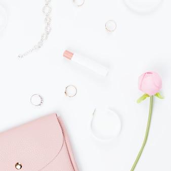 Положение квартиры модных аксессуаров женщины, концепция блога моды.