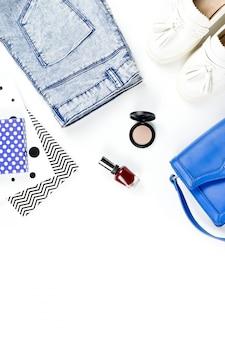 Модное рабочее место блоггера с женскими аксессуарами, косметикой, обувью и дневником. плоская планировка, вид сверху