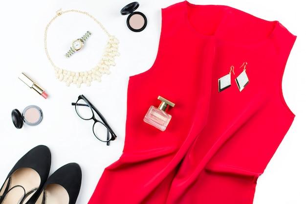 女性のエレガントな赤いドレス、ジュエリー、メイクアップアイテム、ブラックヒール。フラットレイ