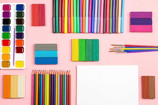 ピンクの背景に学校用品の配置