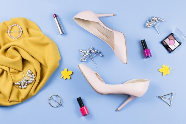 Женщина осенней одежды, косметика и аксессуары плоской планировки. концепция моды осень женщина. вид сверху