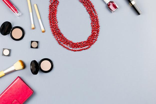 女性ファッションアクセサリー、ジュエリー、化粧品。フラットレイ